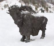Skulptur av en tjur, Archeopark, Khanty - Mansiysk, Ryssland lokaliserade på foten av den is- kullen, Archeopark visar naturtroge Arkivfoton