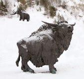 Skulptur av en tjur, Archeopark, Khanty - Mansiysk, Ryssland lokaliserade på foten av den is- kullen, Archeopark visar naturtroge Royaltyfria Foton