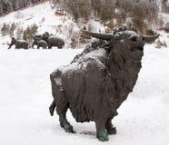 Skulptur av en tjur, Archeopark, Khanty - Mansiysk, Ryssland lokaliserade på foten av den is- kullen, Archeopark visar naturtroge Royaltyfri Bild