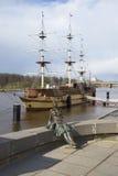 Skulptur av en vila flicka på bakgrunden av `en för Flagman för fregattrestaurang`, veliky novgorod för antagandeauktionkyrka Arkivbilder
