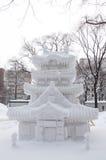 Skulptur av ett japanskt tempel (Shinto), Sapporo Snowfestival 2013 Arkivfoto