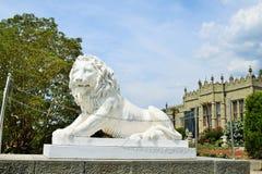Skulptur av ett lejon av marmor på ingången till den Vorontsov slotten crimea arkivbilder