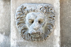 Skulptur av ett lejons huvud på wal byggande arkivbilder