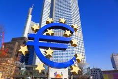 Skulptur av euroet på Willy-Brandten-Platz i Frankfurt - f.m. - strömförsörjning Arkivbilder