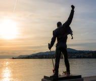 Skulptur av Freddie Mercury i solnedgång royaltyfri fotografi