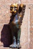 Skulptur av gripen på invallningen av den Neva floden i staden Arkivfoto