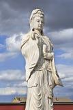 Skulptur av Guanying Pusa, bodhisattva förband med medkänsla som vördad av östliga asiatiska buddister Fotografering för Bildbyråer