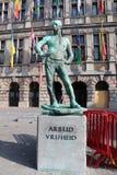 Skulptur av hamnarbetaren (De Buildrager), Antwerp, Belgien Arkivbild