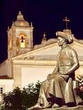 Skulptur av Henrique i Lagos i Portugal på natten royaltyfri bild