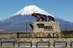Skulptur av Hon-björnen för Kamchatka brunbjörnfamilj med nallebjörnen, inskrift på sockel: Börjar här Ryssland kamchatka royaltyfri bild