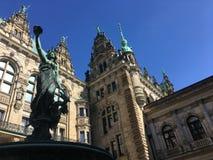 Skulptur av Hygieia framme av den historiska Hamburg staden Hall Courtyard royaltyfri foto