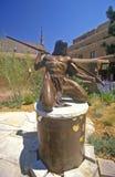 Skulptur av indierindiankrigaren på gästgivargården av Loretto i Santa Fe, NM Arkivbild
