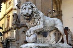 Skulptur av lejonet, loggiadei Lanzi, Florence, Italien arkivfoton