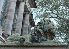 Skulptur av lejonet nära slott Royaltyfri Bild