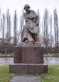 Skulptur av modern - hemland i Treptow parkerar arkivbilder
