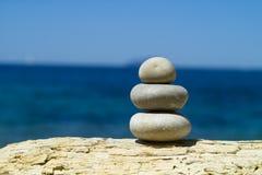 Skulptur av rocks i seascapen Arkivbild