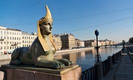 Skulptur av sfinxen på den egyptiska bron i St Petersburg Royaltyfri Bild