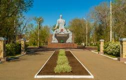 Skulptur av sovjet tjäna som soldat på den gröna bron Arkivfoton