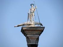 Skulptur av St. Theodore, Venedig första beskyddare Arkivfoto