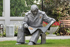 Skulptur av steelmakeren som läser en tidning, i Yekaterinburg, Ryssland Royaltyfria Bilder