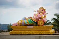 Skulptur av templet i berg med guld- stor Buddha är högst punkt av Koh Sumui Royaltyfria Foton