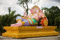 Skulptur av templet i berg med guld- stor Buddha är högst punkt av Koh Sumui Royaltyfri Fotografi