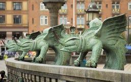 Skulptur av tre drakar på stadshuset i Köpenhamn fotografering för bildbyråer