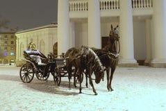 Skulptur av två hästar med besättningen Arkivfoton