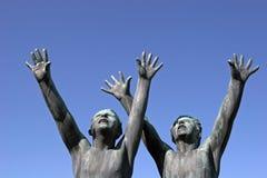 Skulptur av två pojkar i Vigeland parkerar, Norge Arkivfoton
