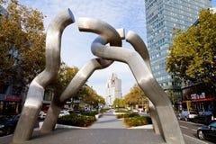 Skulptur Berlin på Tauentzienstrasse i morgon Royaltyfri Foto
