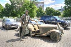 Skulptur-Clown Yuri Nikulin nahe seinem berühmten Auto lizenzfreies stockfoto