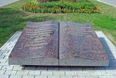 Skulptur` den öppna bok`en på invallningen i parkera samara Ryssland Royaltyfri Bild