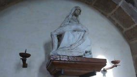 Skulptur in der Abtei auf der Insel von Mont-Heilig-Michel stock video footage