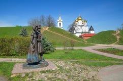 Skulptur der Adligen und die Annahme-Kathedrale in Dmitrov, Russland Lizenzfreie Stockfotografie