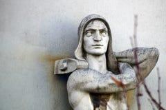 Skulptur der Arbeitskraft mit Hammer in den Händen auf der Altbaufassade lizenzfreies stockbild