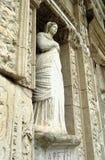 Skulptur in der Bibliothek von Celsus in Ephesus lizenzfreie stockfotografie