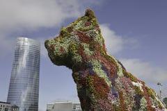 Skulptur der Blumen vor einem Wolkenkratzer in B Lizenzfreie Stockbilder