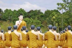 Skulptur der Buddha-unterrichtenden Mönche in Thailand Stockbilder