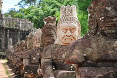 Skulptur der Dämonen außerhalb Angkor Thom der Stadt Stockfotografie