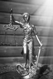 Skulptur der Gerechtigkeitsgöttin auf hölzernem Futter Stockbilder