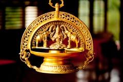 Skulptur der Goldindischen Göttin und zwei Elefanten stockbild