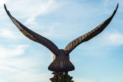 Skulptur des Adlers gegen Hintergrund des blauen Himmels Lizenzfreie Stockfotos