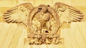 Skulptur des Adlers mit den verbreiteten Flügeln, die einen Lorbeer halten, winden a Stockbild