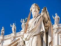 Skulptur des Apostels Paul nahe St. Peter Basilica Lizenzfreie Stockfotografie
