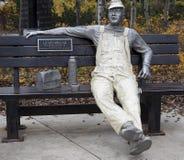 Skulptur des Arbeiters auf Bank Lizenzfreie Stockfotografie