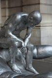 Skulptur des Denkens des nackten Mannes stockfotografie
