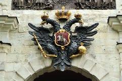 Skulptur des doppelköpfigen Adlers in Peter und in Paul Fortress in St Petersburg, Russland Lizenzfreies Stockfoto