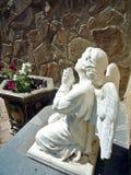 Skulptur des Engels im Gebet auf einem Garten Lizenzfreie Stockfotografie