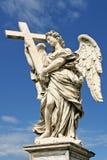 Skulptur des Engels mit Kreuz. Rom, Italien. Lizenzfreies Stockfoto