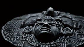 Skulptur des Gesichtes des südamerikanischen Azteken der mesoamerican alten Kunst, Inka, olmeca stock footage